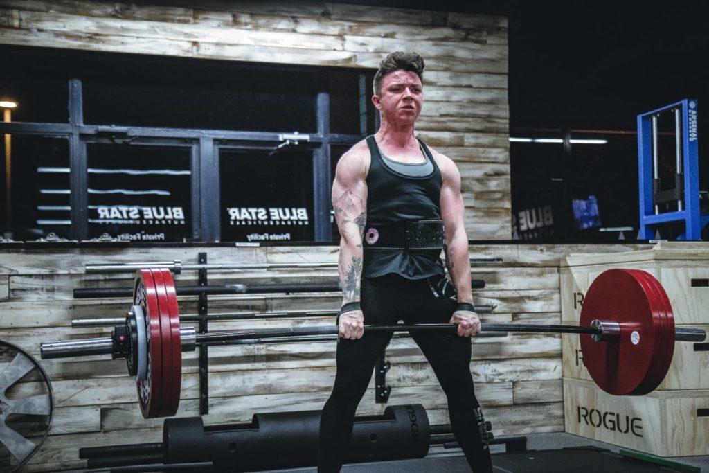 背中のトレーニングをする男性