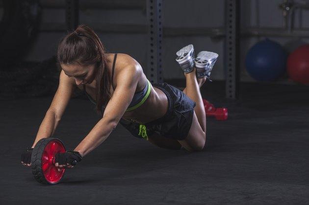 膝コロをする女性